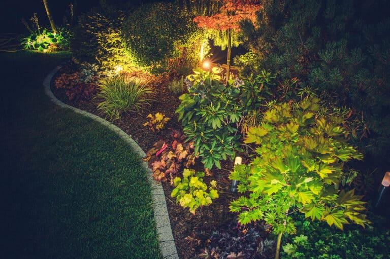 Dezente Gartenbeleuchtung im Beet